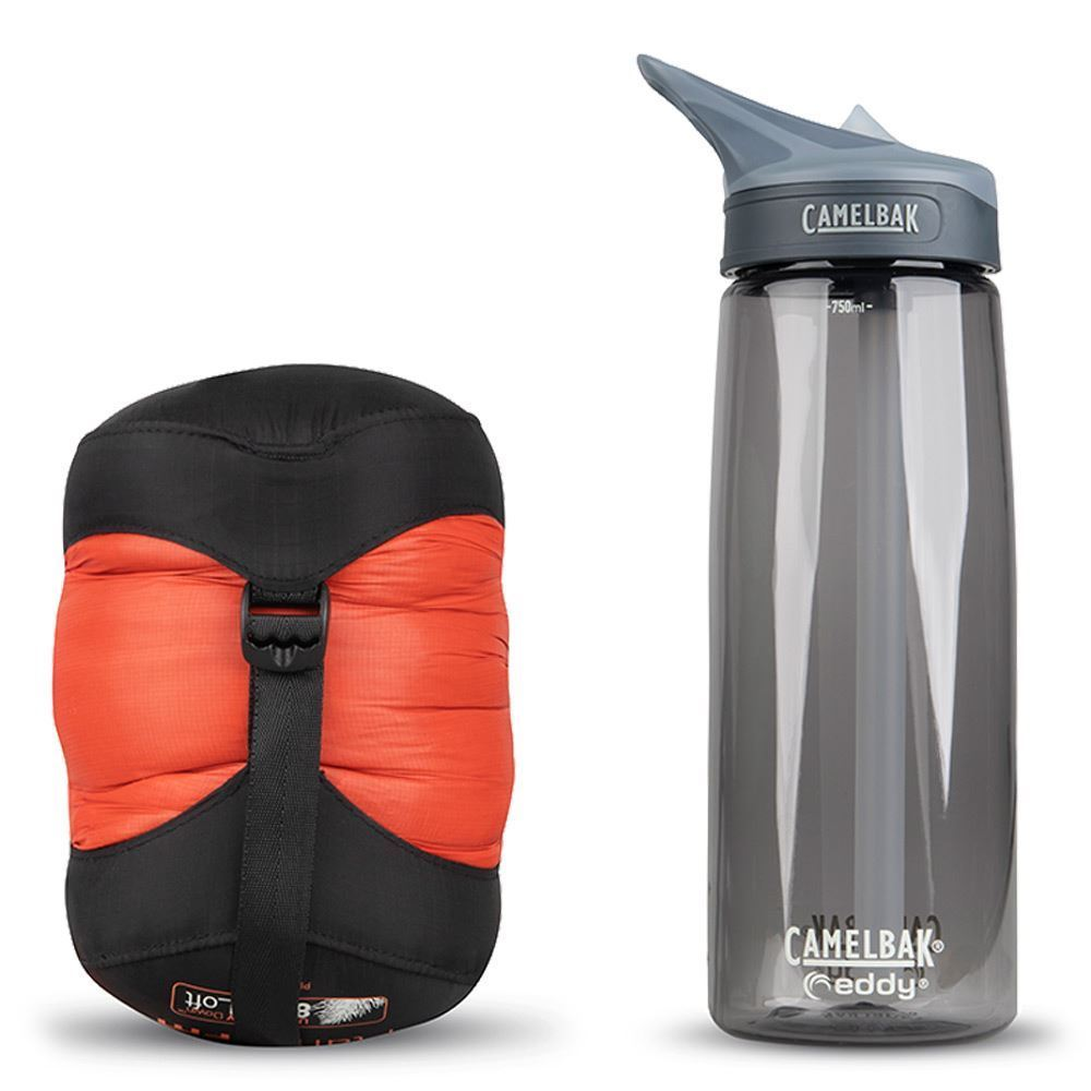 Sea To Summit Flame Fm1 Wmn's Sleeping Bag (9 °C) - size comparison with Camelbak bottle