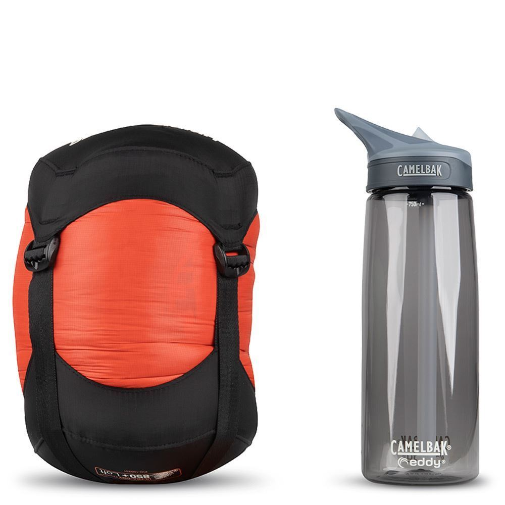 Sea To Summit Flame Fm3 Wmn's Sleeping Bag (-4 °C) - Size comparison with a Camelbak bottle